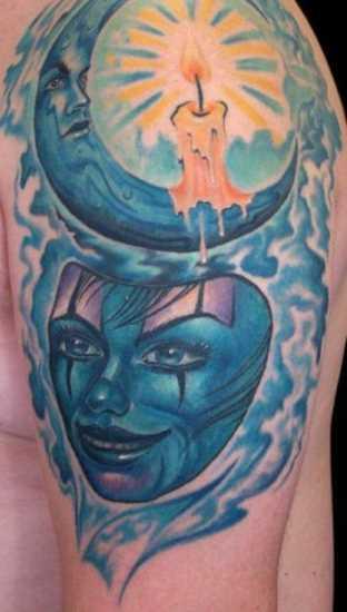 A tatuagem do cara no ombro - a máscara, a lua e uma vela