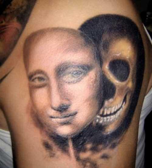 A tatuagem do cara no ombro - a máscara e o crânio