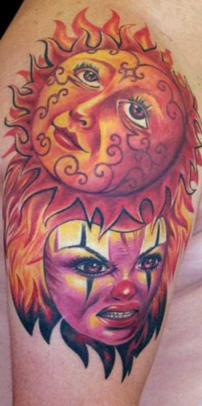 A tatuagem do cara no ombro - a máscara e o sol