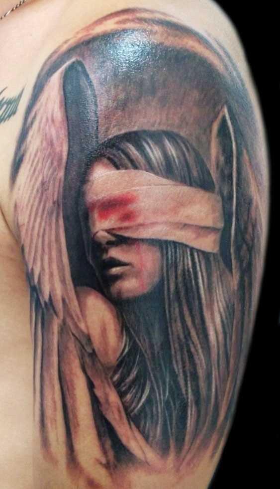 A tatuagem do cara no ombro - anjo ferido