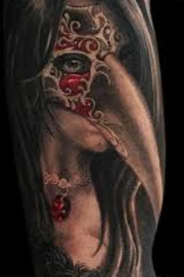 A tatuagem do cara no ombro com a imagem da menina na máscara