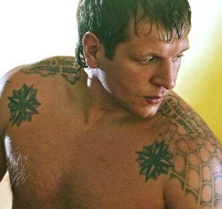 A tatuagem do cara no ombro com uma imagem da web e inscrições