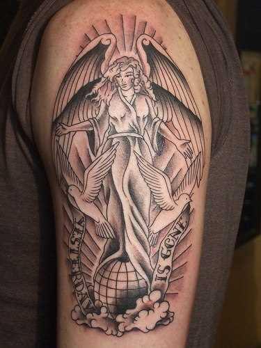 A tatuagem do cara no ombro de - anjo, pombos e inscrição