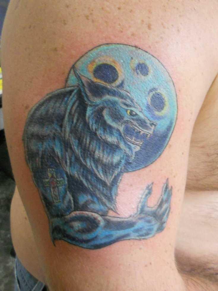 A tatuagem do cara no ombro - lobisomem e a lua