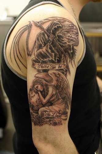 A tatuagem do cara no ombro - o anjo e a morte com a foice