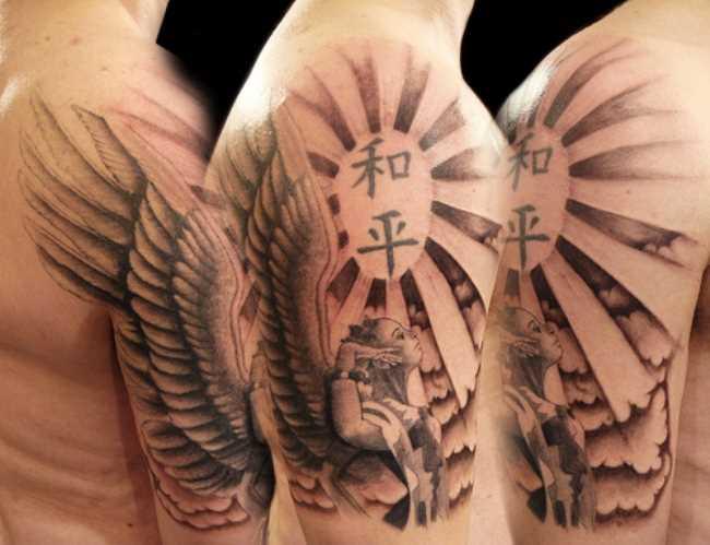 A tatuagem do cara no ombro - o anjo, o sol e personagens