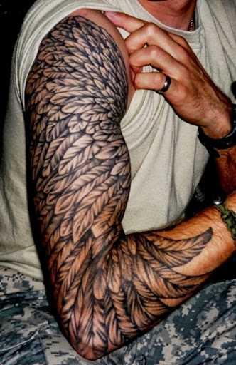 A tatuagem do cara no ombro - penas