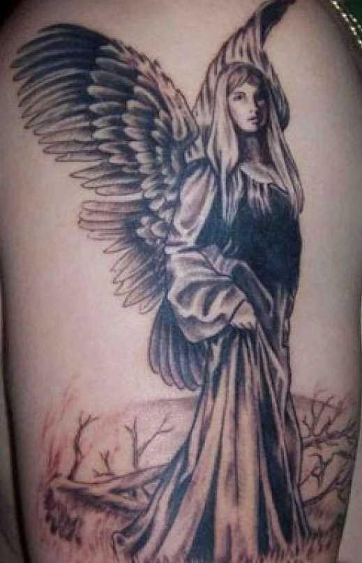 A tatuagem do cara no ombro - um anjo em forma de menina bonita