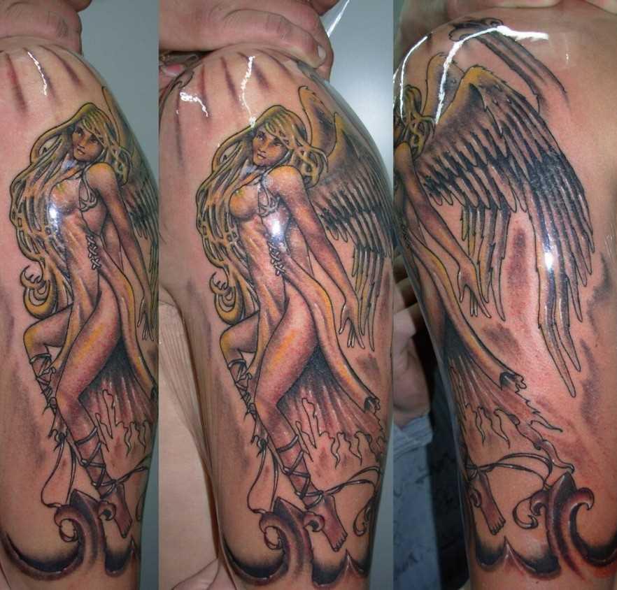 A tatuagem do cara no ombro - um anjo em forma sexual de meninas