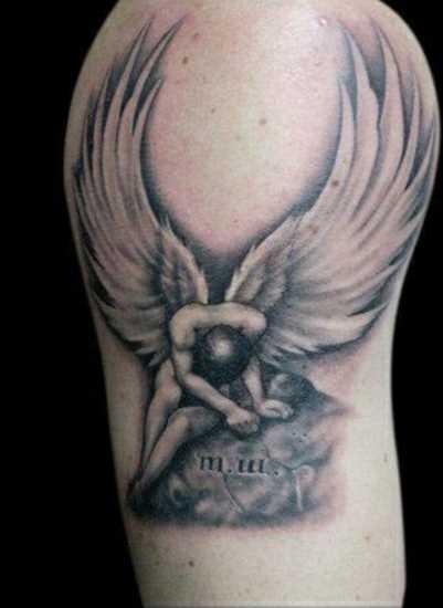 A tatuagem do cara no ombro - um anjo na pedra