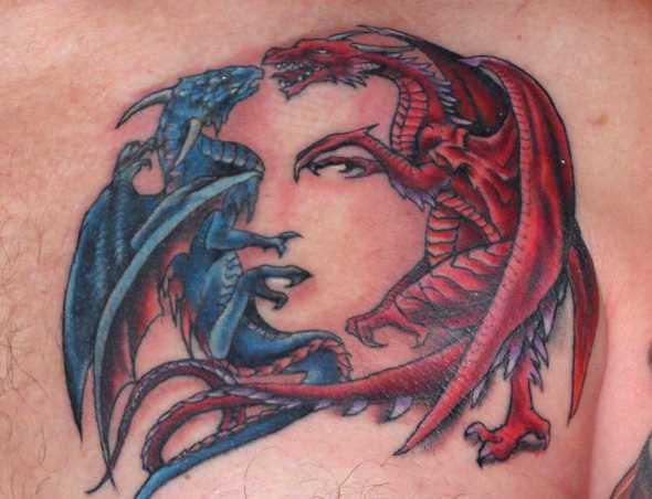 A tatuagem do cara no peito - azul e vermelho dragões
