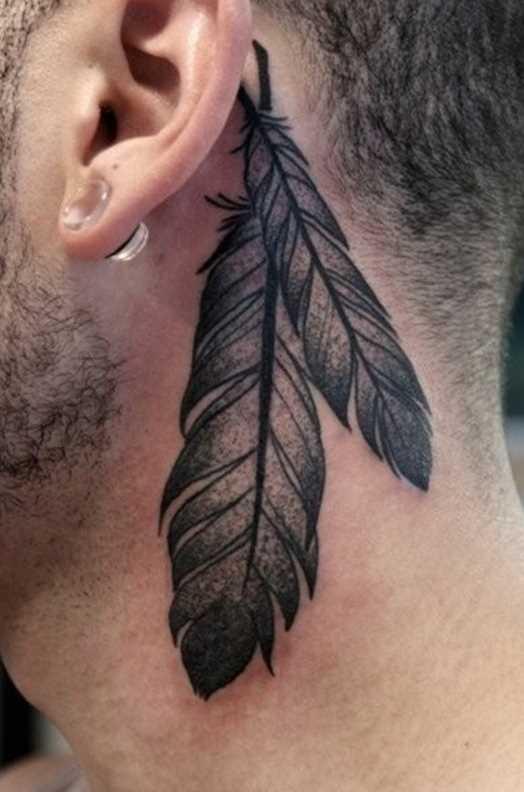 A tatuagem do cara, no pescoço, atrás da orelha - penas
