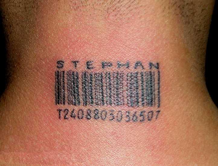 A tatuagem do cara, no pescoço, na forma do código de barras