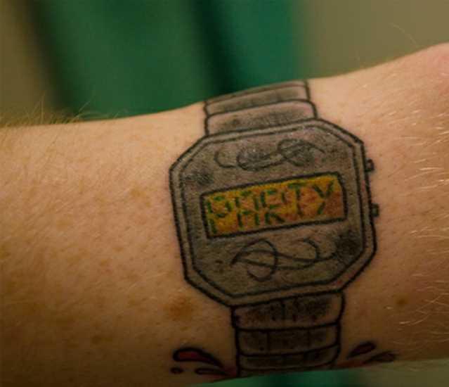 A tatuagem do cara no pulso - relógios