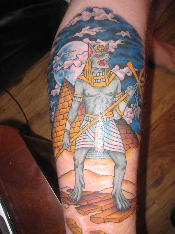 A tatuagem do cara sobre a perna - of anubis