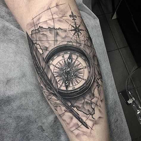 A tatuagem do compasso com o cartão no antebraço cara