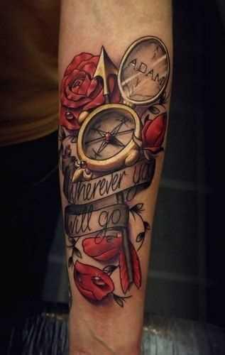 A tatuagem do compasso no antebraço cara
