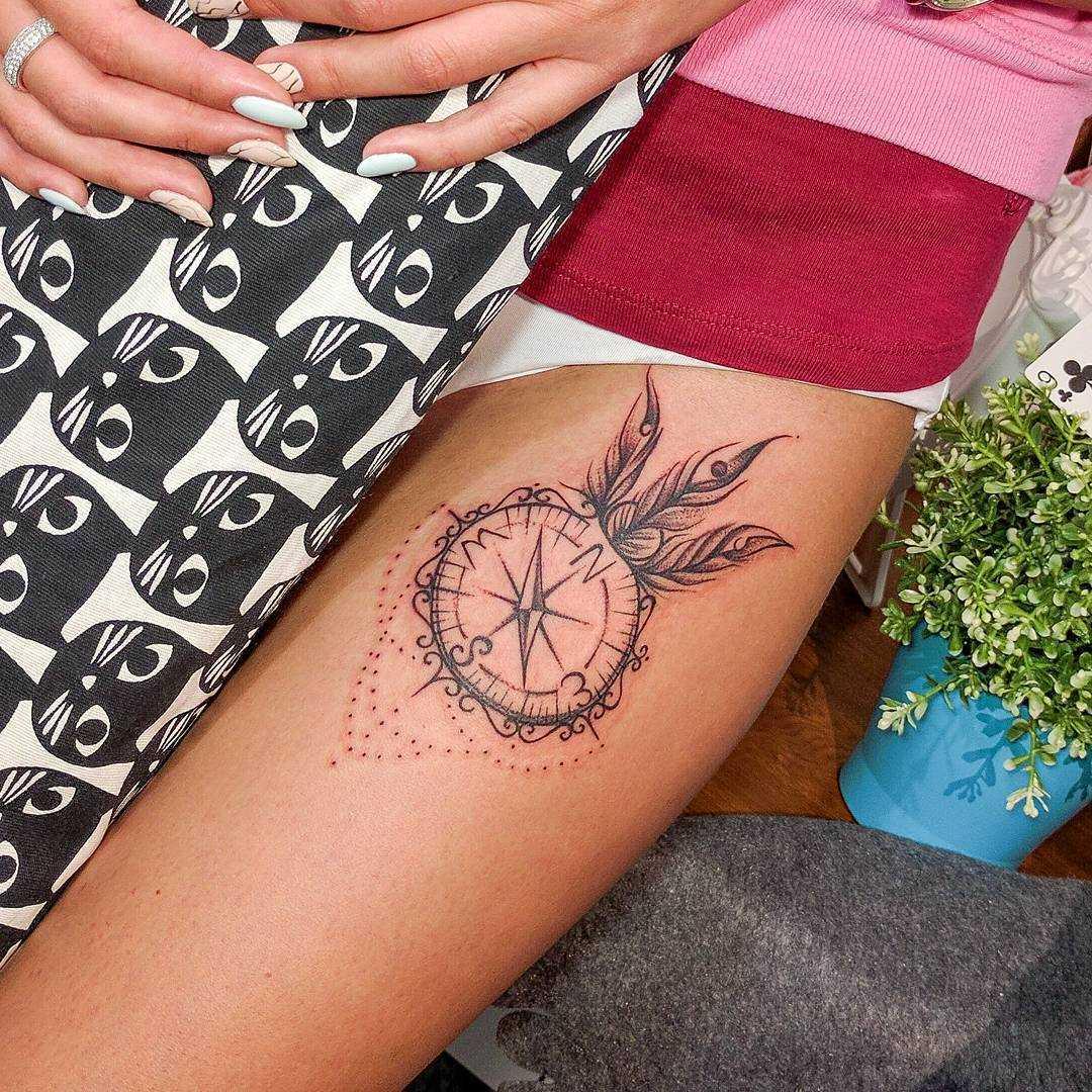 A tatuagem do compasso no quadril da menina