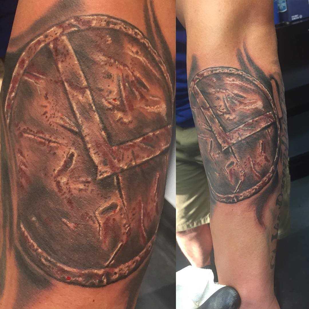 A tatuagem do escudo espartano no antebraço cara