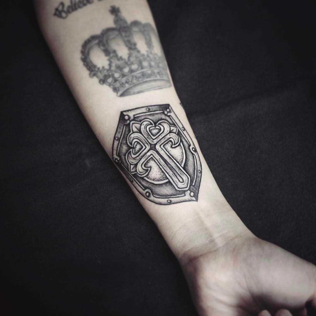 A tatuagem do escudo no antebraço cara