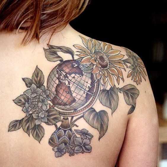A tatuagem do globo com flores em lâmina de meninas