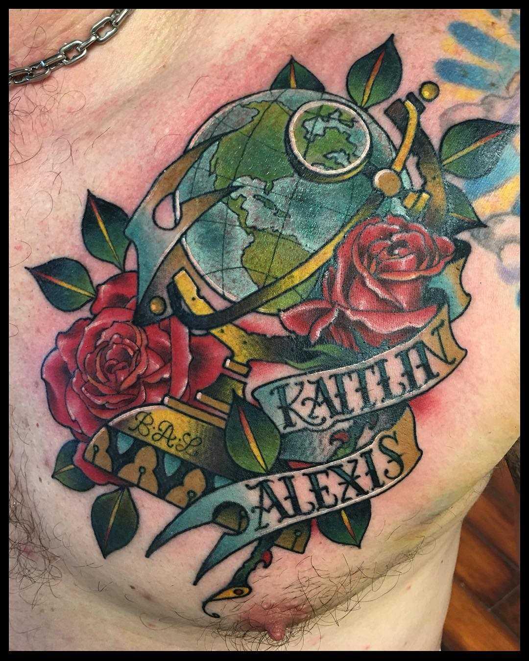 A tatuagem do globo com rosas no peito do homem