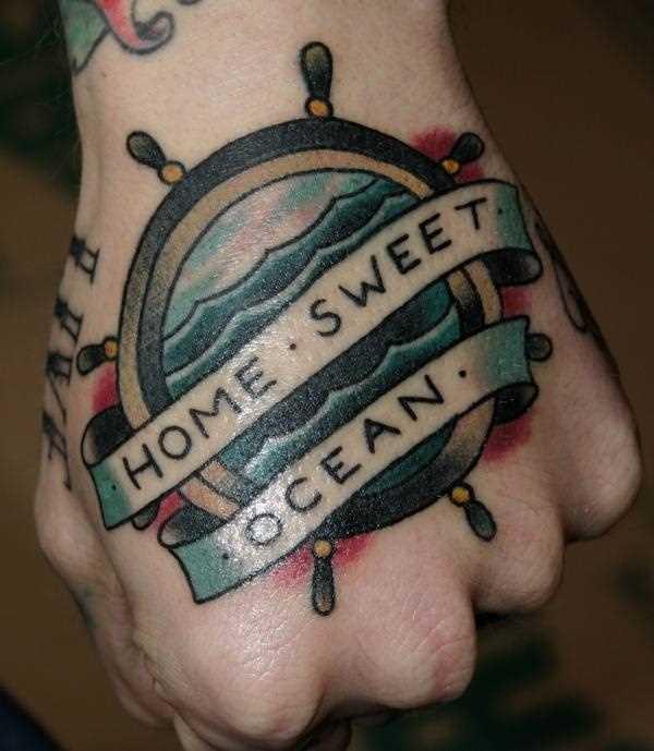 A tatuagem do volante com a inscrição no pincel cara