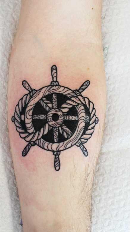 A tatuagem do volante no antebraço cara