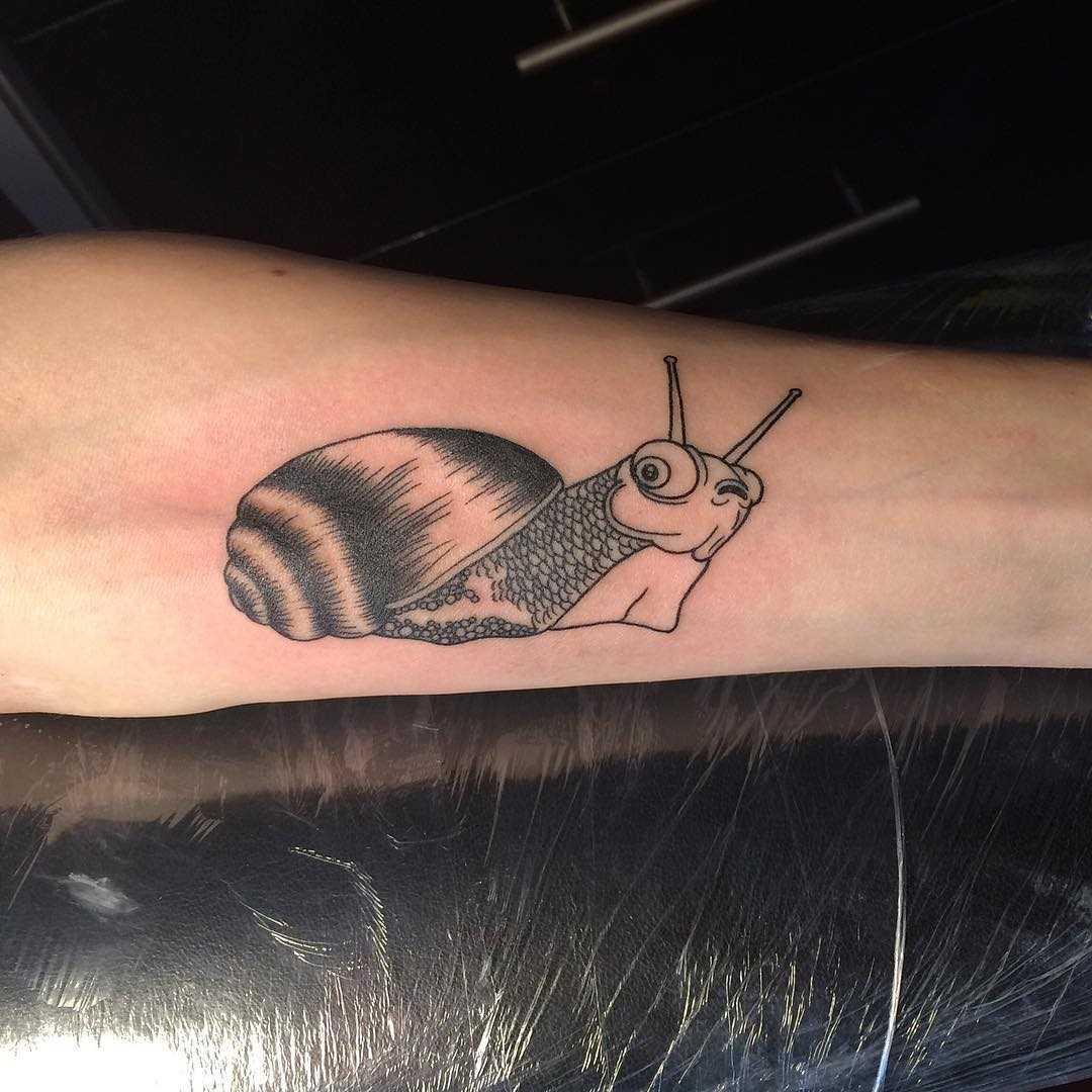 A tatuagem é um caracol no antebraço cara