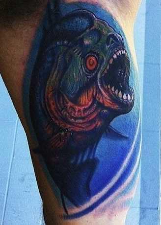 A tatuagem é uma piranha na mão de um cara