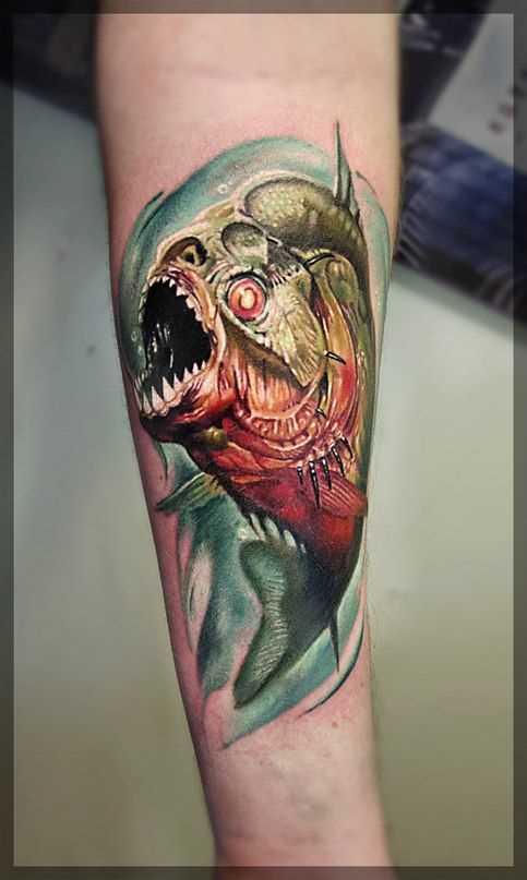A tatuagem é uma piranha no antebraço cara