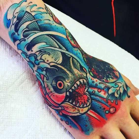 A tatuagem é uma piranha no pincel homens