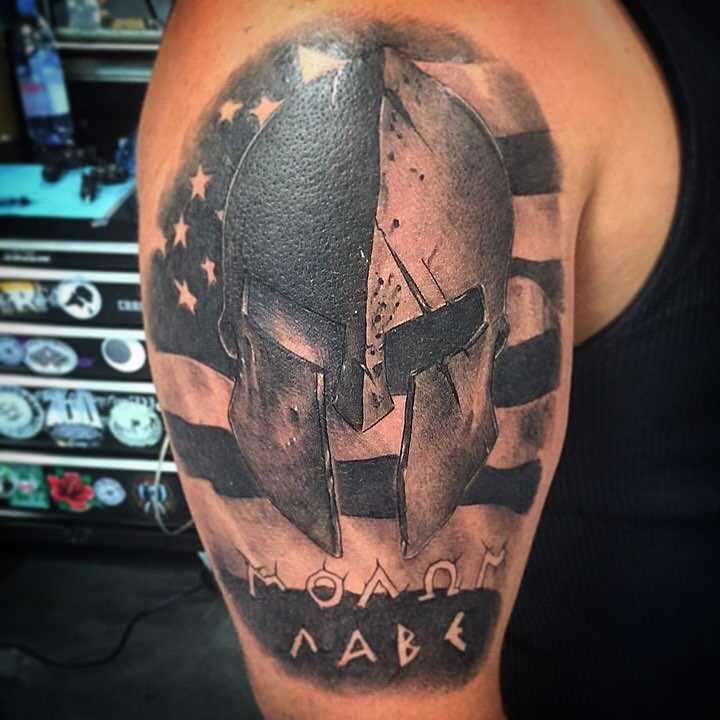 A tatuagem espartano no ombro do cara