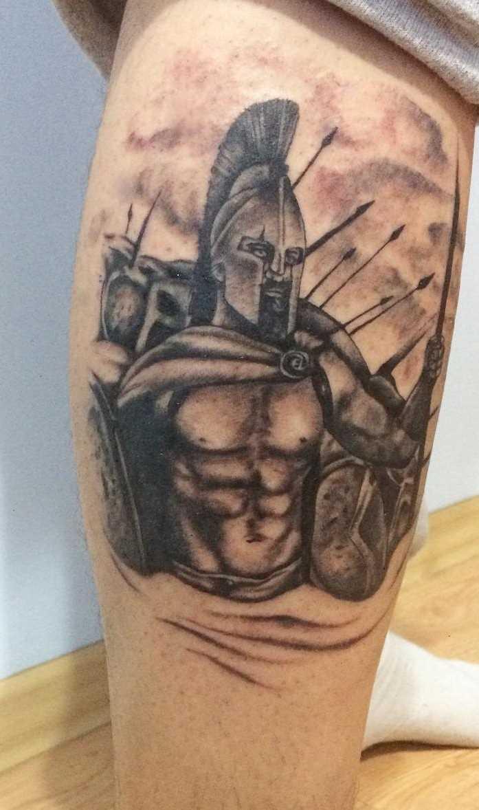 A tatuagem espartano sobre a perna de homens