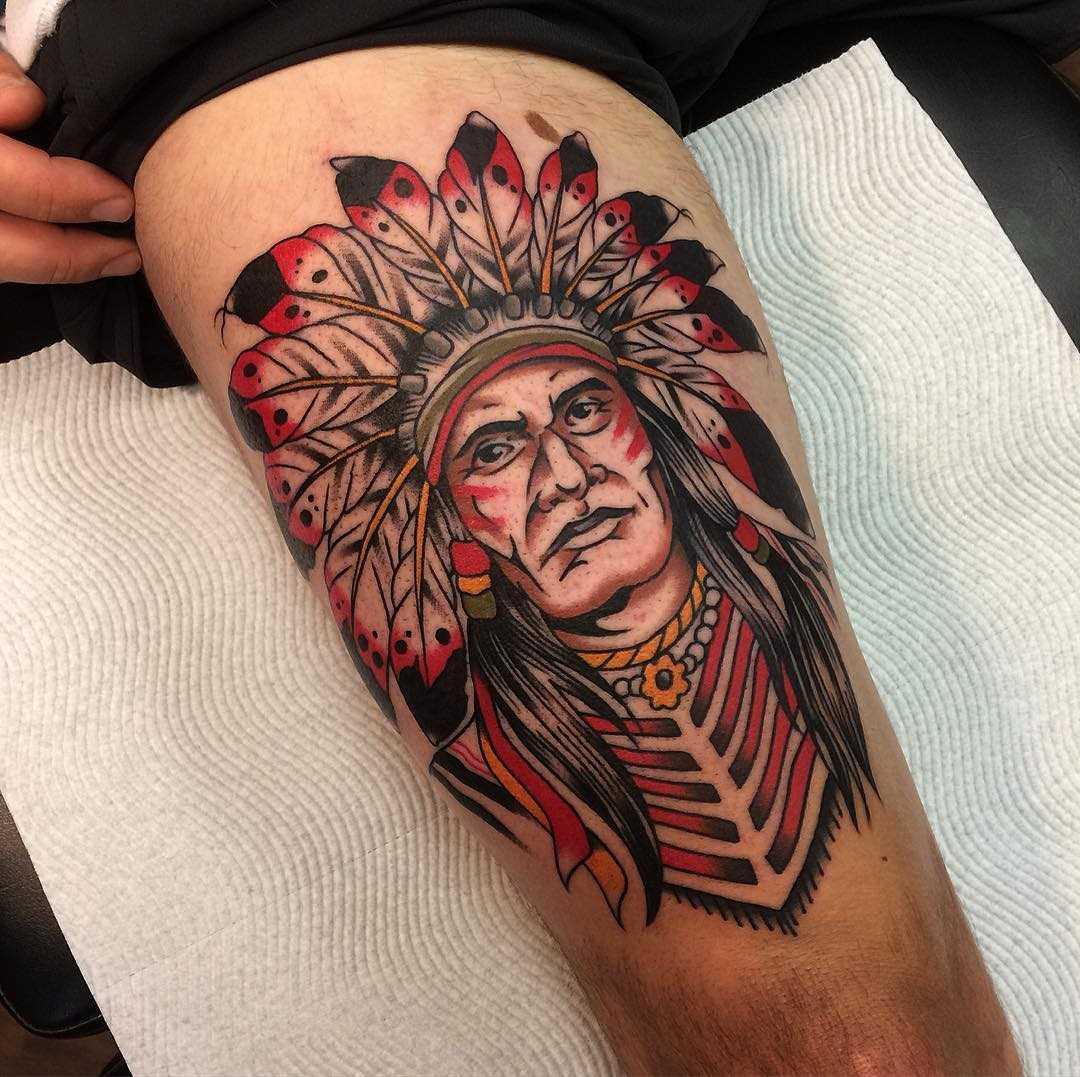 A tatuagem indiano no quadril homens