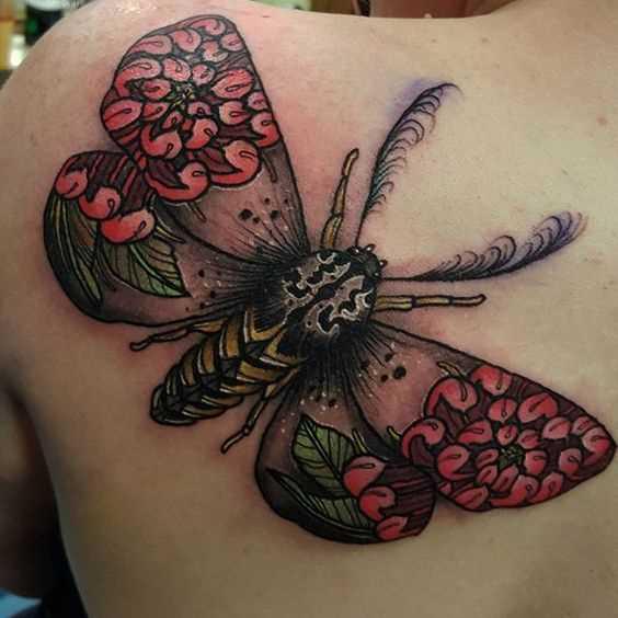 A tatuagem inseto blade mulheres
