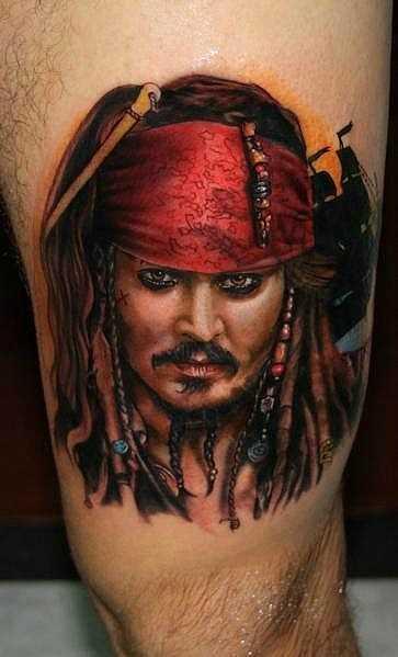 A tatuagem na sua coxa tem um cara - o capitão Jack Sparrow