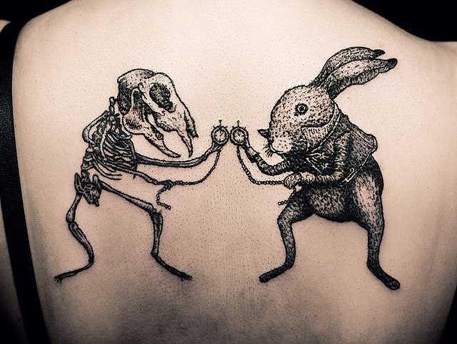 A tatuagem nas costas de uma menina - a lebre e o esqueleto
