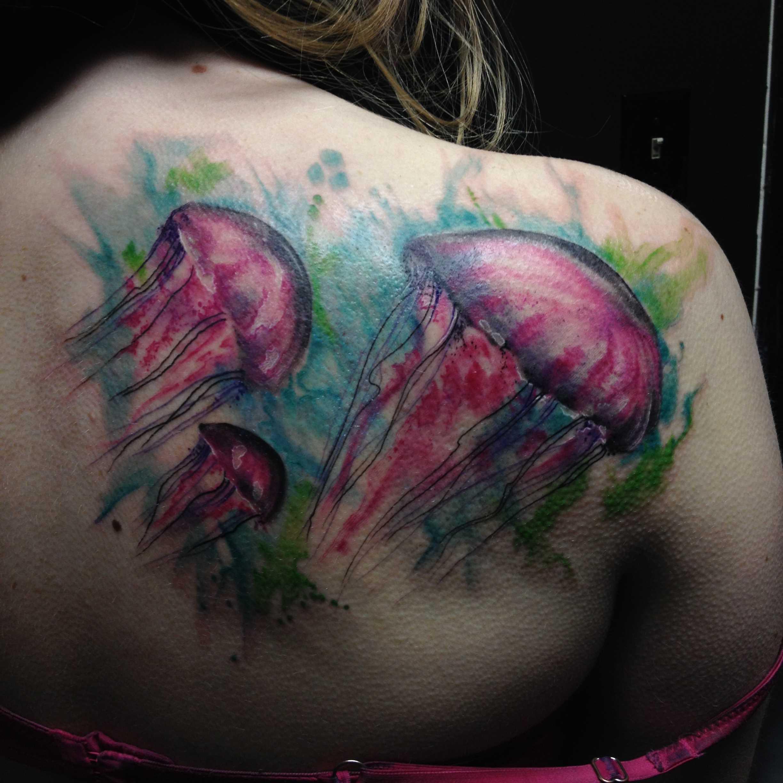 A tatuagem nas costas de uma menina - água-viva