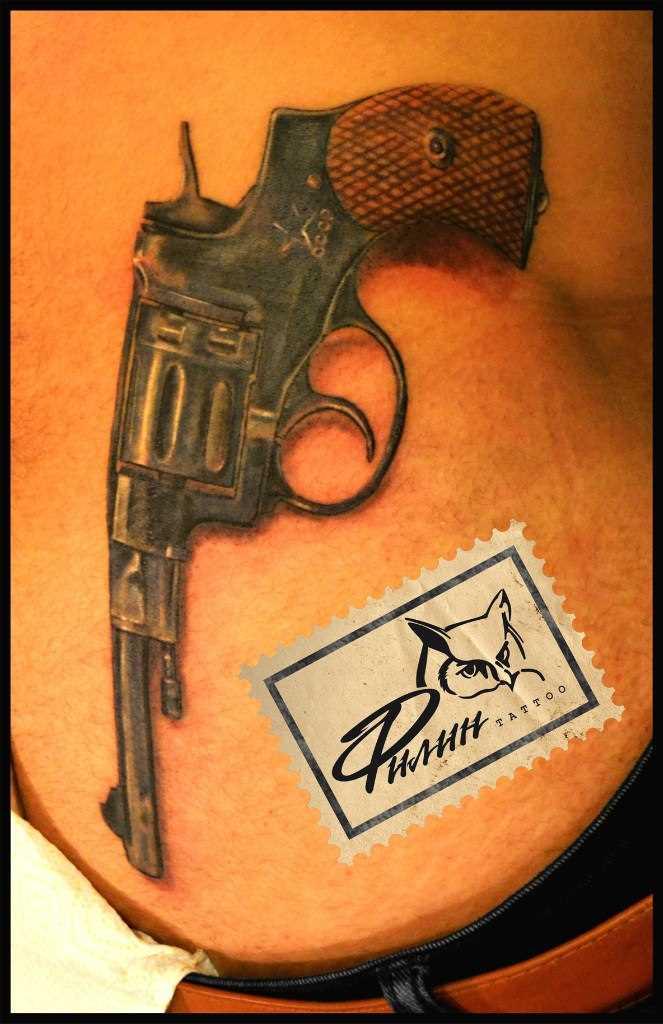A tatuagem nas costas de uma menina - arma