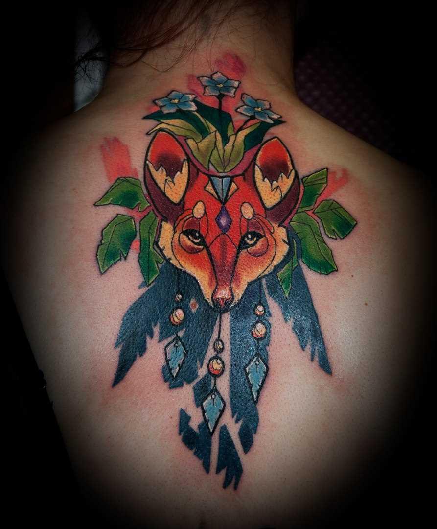 A tatuagem nas costas de uma menina - lis