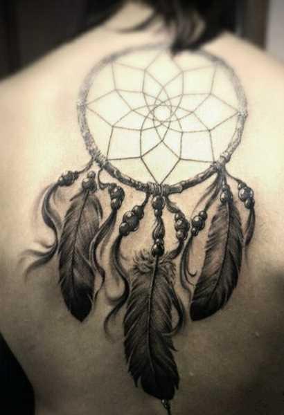 A tatuagem nas costas de uma menina - o apanhador de sonhos