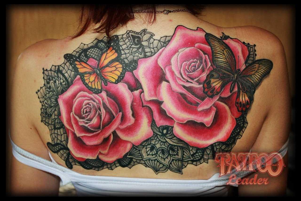 A tatuagem nas costas de uma menina - rosa e borboleta