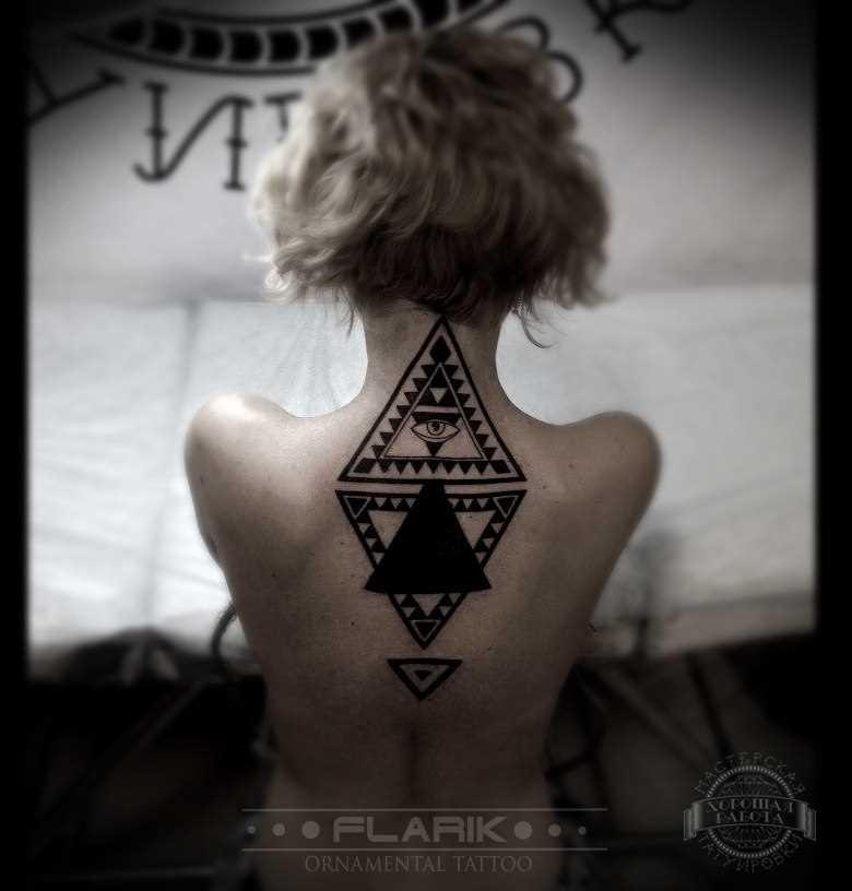 A tatuagem nas costas de uma menina - triângulos