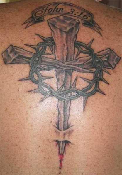 A tatuagem nas costas do cara - a cruz e a coroa de espinhos