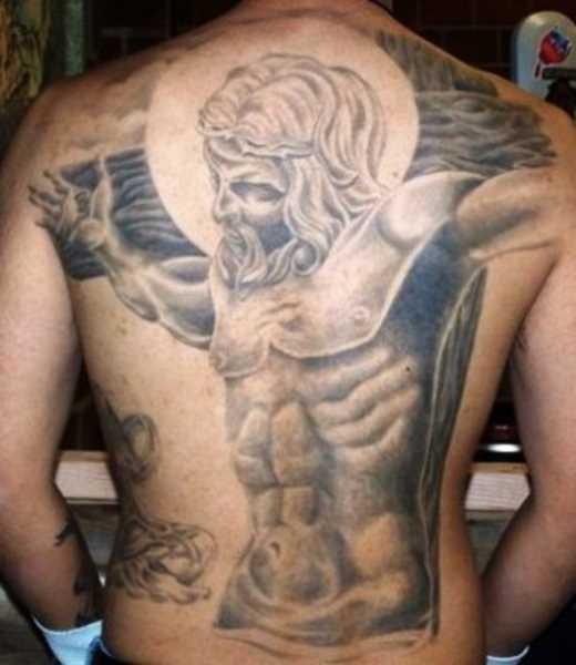 A tatuagem nas costas do cara - a cruz e o crucificado nela Jesus