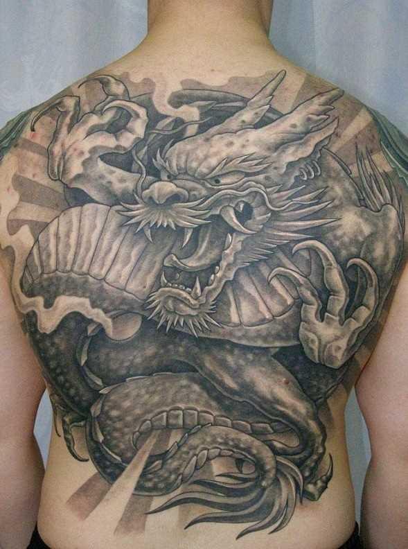 A tatuagem nas costas do cara com a imagem de um dragão