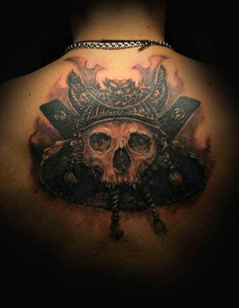 A tatuagem nas costas do cara - crânio