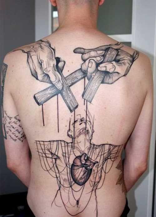 A tatuagem nas costas do cara - cruzes nas mãos