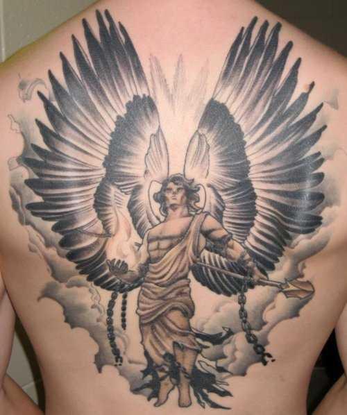 A tatuagem nas costas do cara - de- anjo com uma lança e correntes